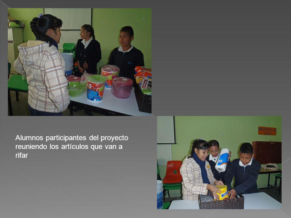 Alumnos participantes del proyecto reuniendo los artículos que van a rifar