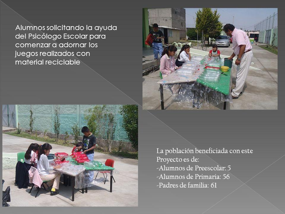 Alumnos solicitando la ayuda del Psicólogo Escolar para comenzar a adornar los juegos realizados con material reciclable La población beneficiada con