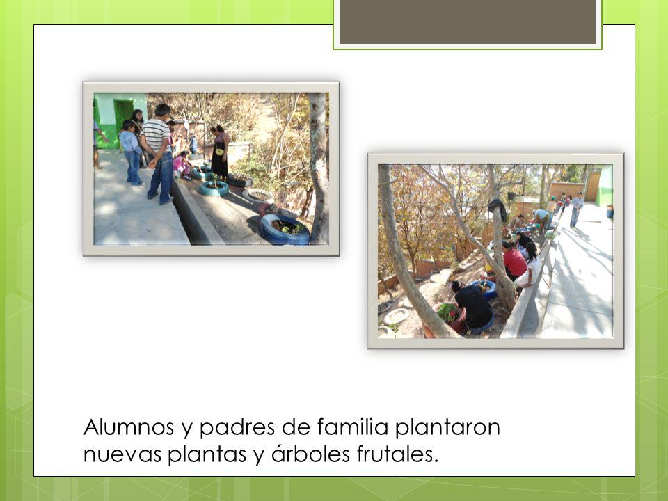 Alumnos y padres de familia plantaron nuevas plantas y árboles frutales.
