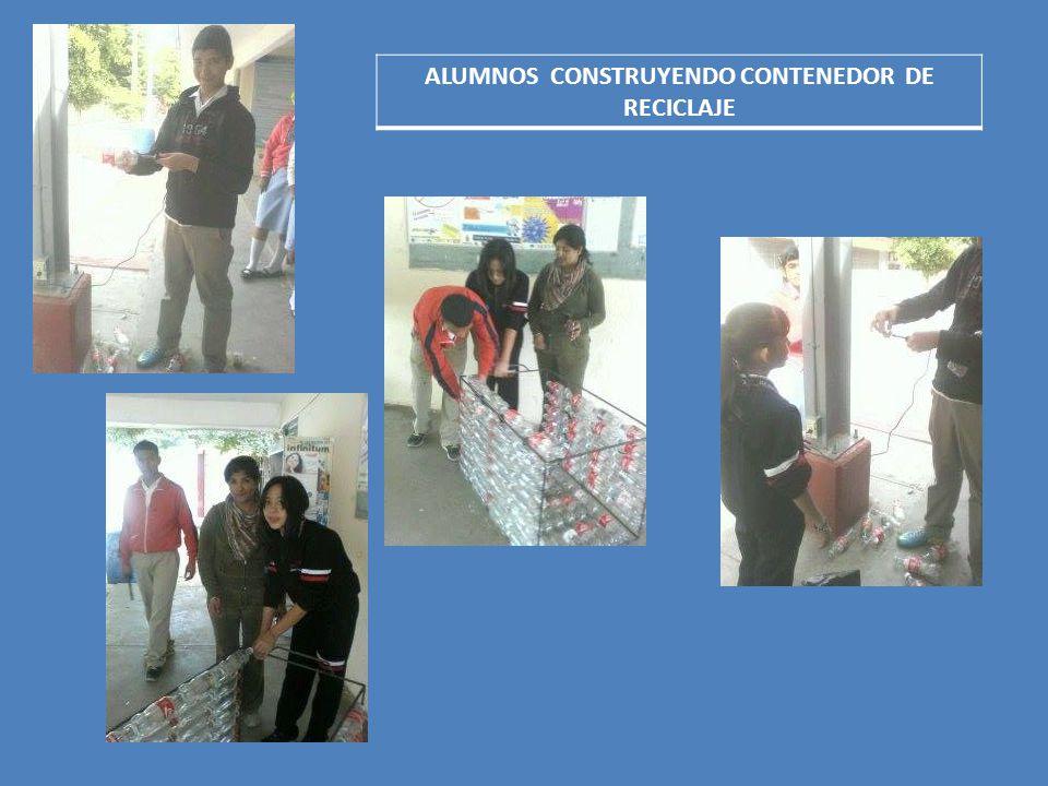 ALUMNOS CONSTRUYENDO CONTENEDOR DE RECICLAJE
