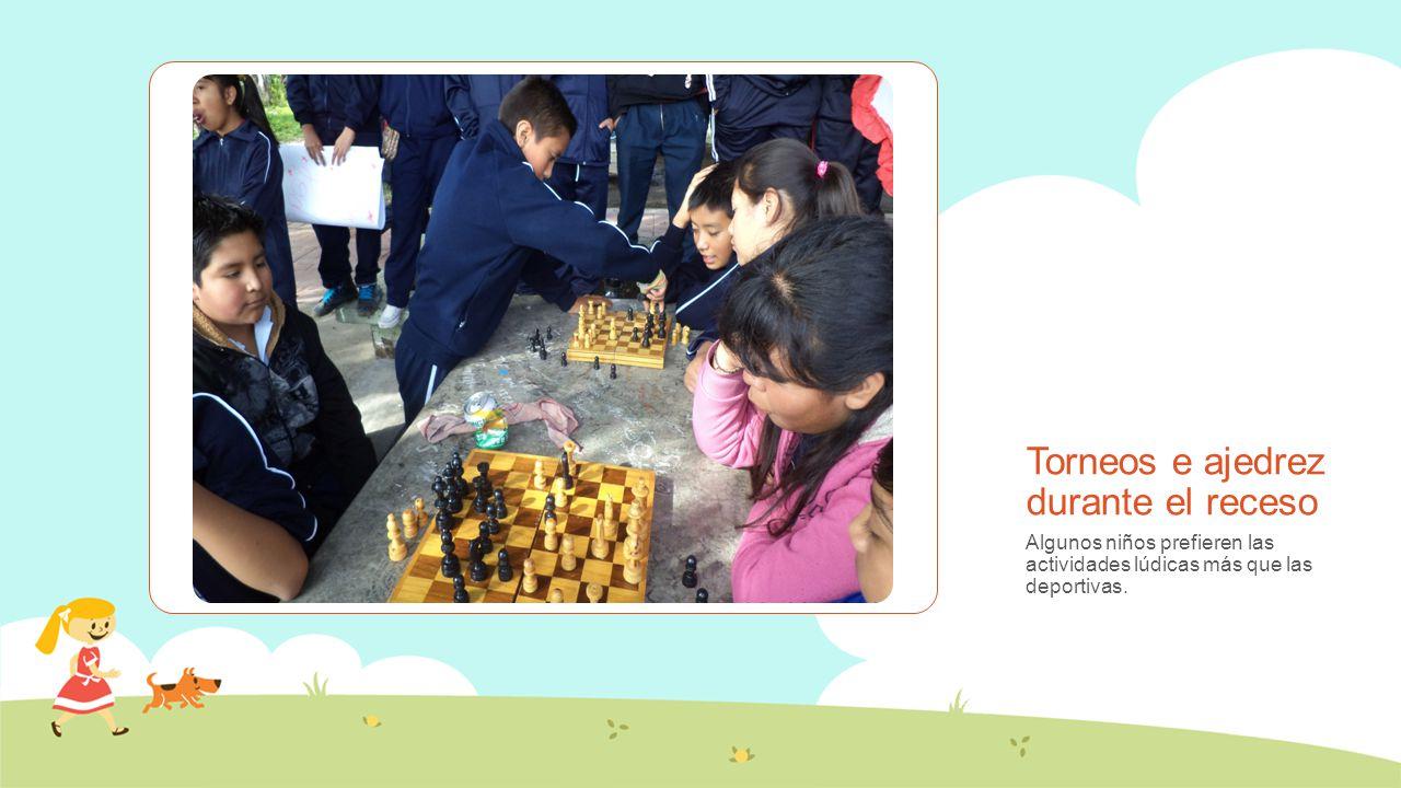 Torneos e ajedrez durante el receso Algunos niños prefieren las actividades lúdicas más que las deportivas.