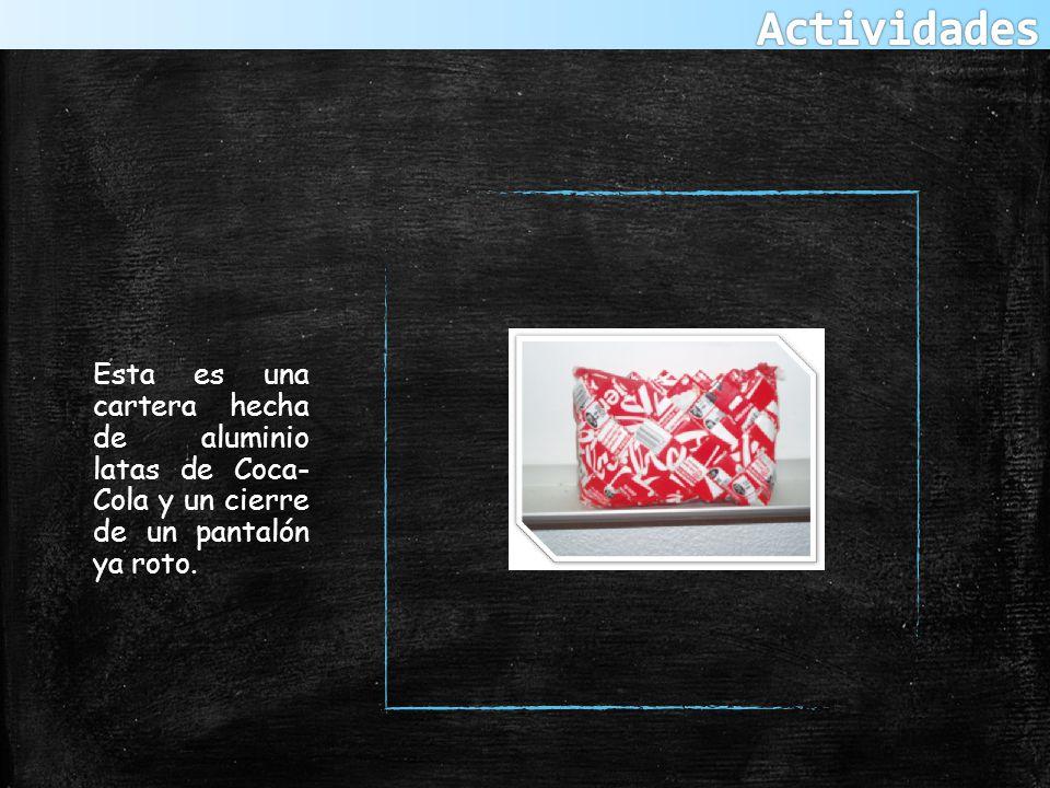 Esta es una cartera hecha de aluminio latas de Coca- Cola y un cierre de un pantalón ya roto.