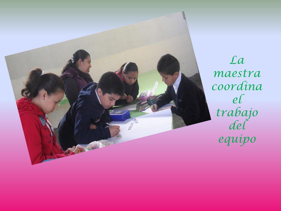La maestra coordina el trabajo del equipo