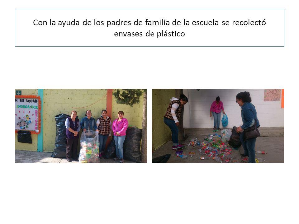 Con la ayuda de los padres de familia de la escuela se recolectó envases de plástico