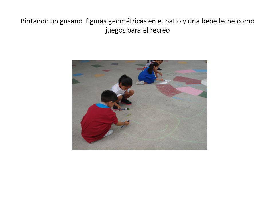 Pintando un gusano figuras geométricas en el patio y una bebe leche como juegos para el recreo