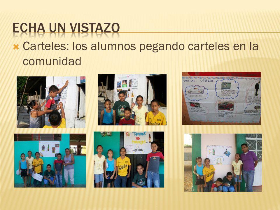 Carteles: los alumnos pegando carteles en la comunidad