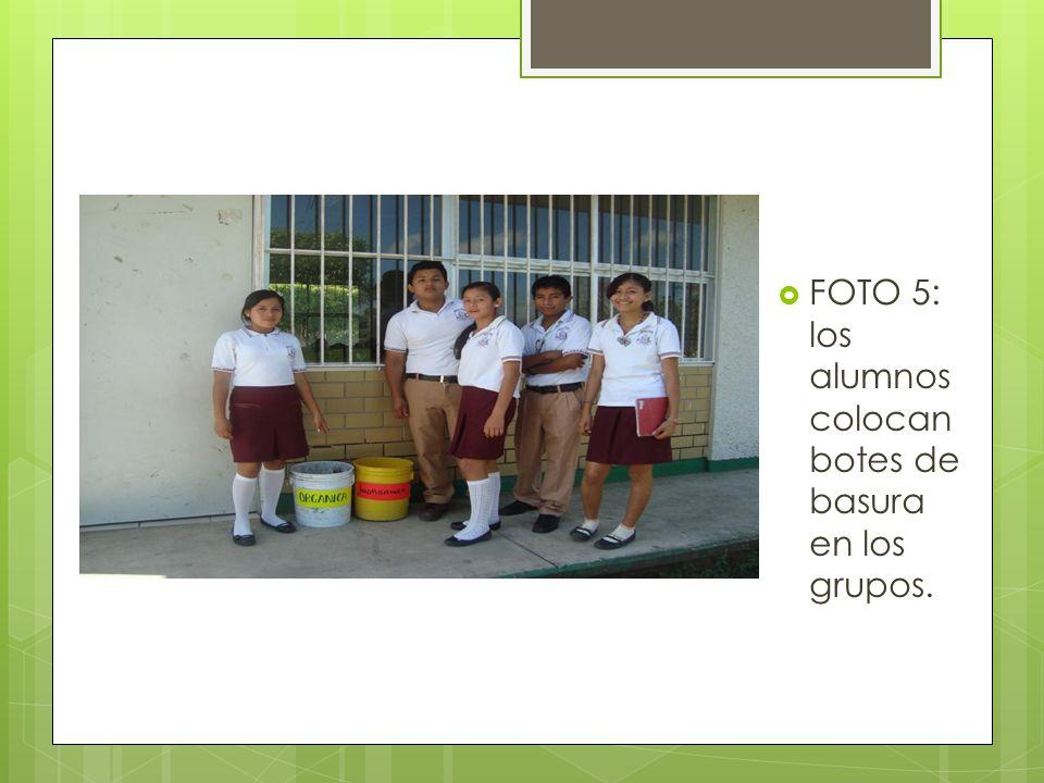 FOTO 5: los alumnos colocan botes de basura en los grupos.