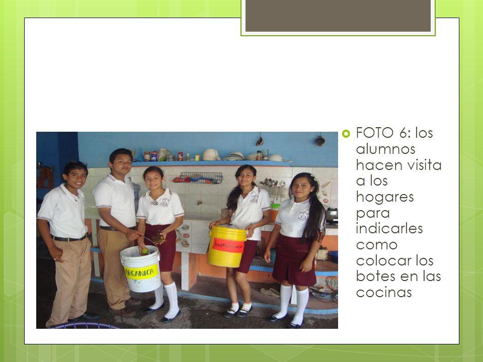 FOTO 6: los alumnos hacen visita a los hogares para indicarles como colocar los botes en las cocinas