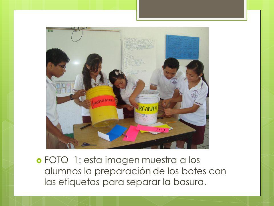 FOTO 1: esta imagen muestra a los alumnos la preparación de los botes con las etiquetas para separar la basura.