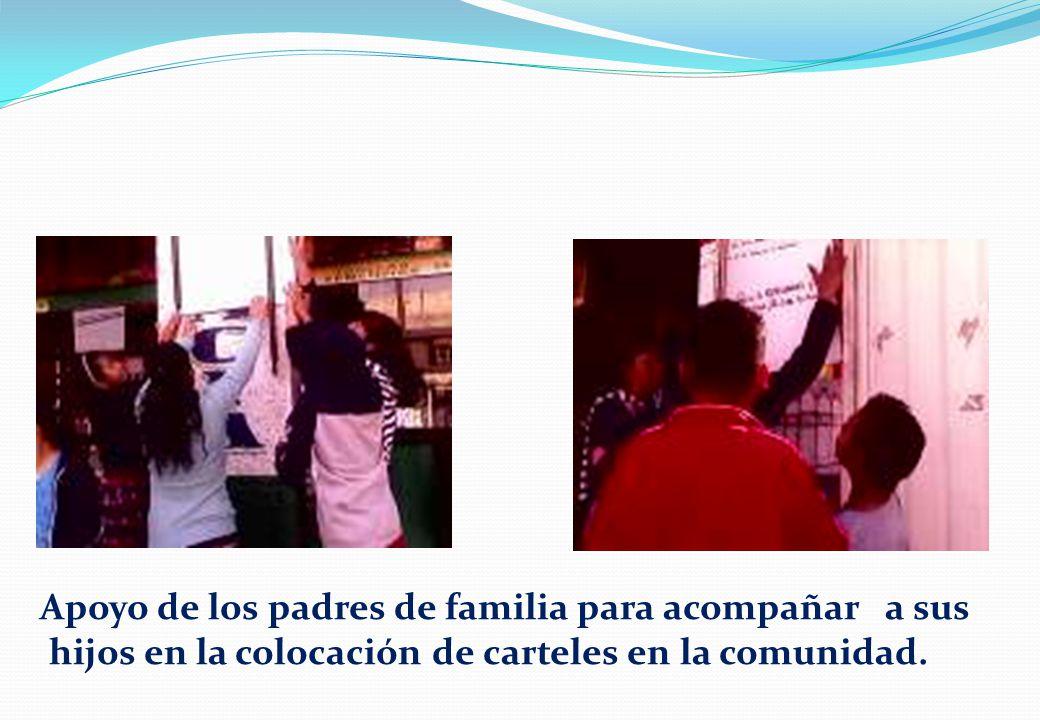 Apoyo de los padres de familia para acompañar a sus hijos en la colocación de carteles en la comunidad.