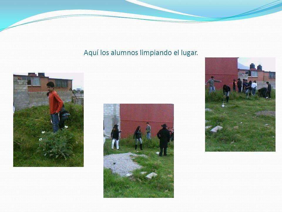 Estando en equipos procedieron a limpiar el terreno de escombros y de material que estaba en el lugar.