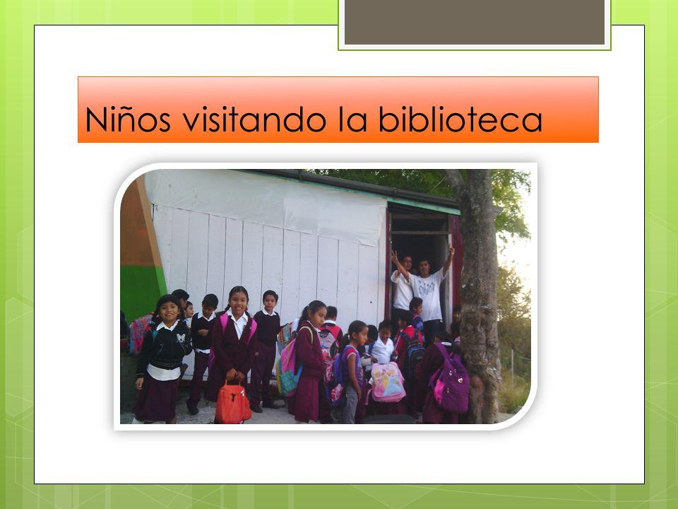Niños visitando la biblioteca