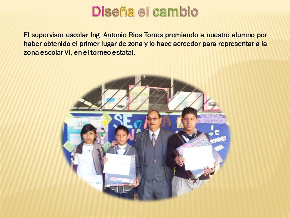 El supervisor escolar Ing. Antonio Rios Torres premiando a nuestro alumno por haber obtenido el primer lugar de zona y lo hace acreedor para represent