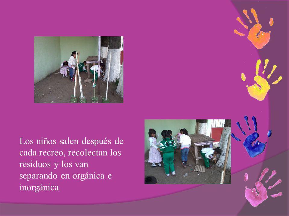 Los niños salen después de cada recreo, recolectan los residuos y los van separando en orgánica e inorgánica