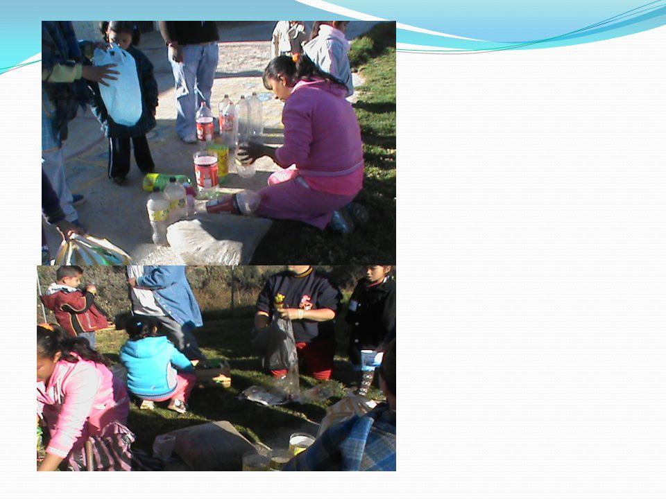 En estas fotos se muestra a los padres de familia junto con los alumnos a dar inicio con el proyecto de alimento sustentable en botellas y cajas encontradas alrededor de la escuela.