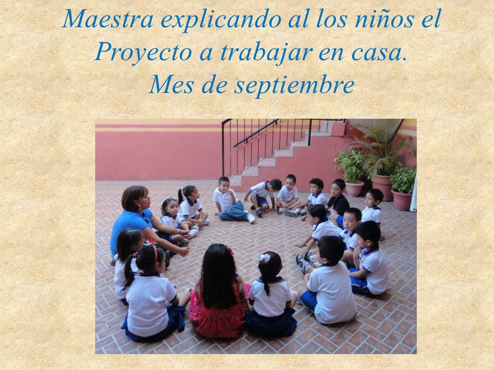 Maestra explicando al los niños el Proyecto a trabajar en casa. Mes de septiembre