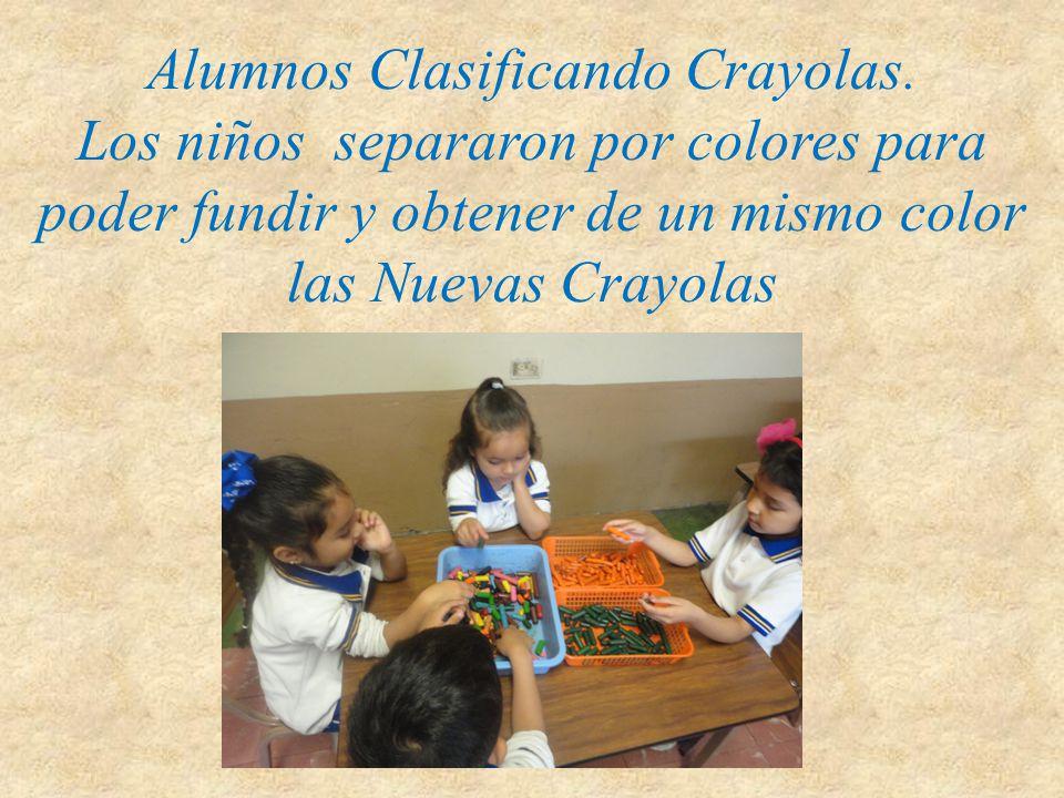 Alumnos Clasificando Crayolas. Los niños separaron por colores para poder fundir y obtener de un mismo color las Nuevas Crayolas