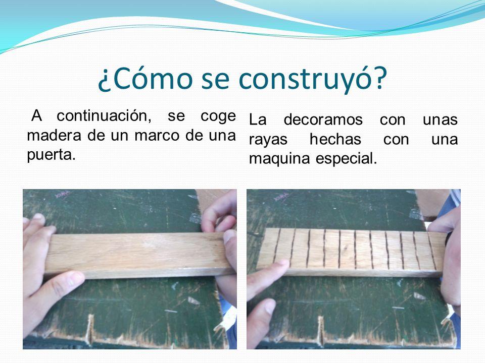 ¿Cómo se construyó? A continuación, se coge madera de un marco de una puerta. La decoramos con unas rayas hechas con una maquina especial.