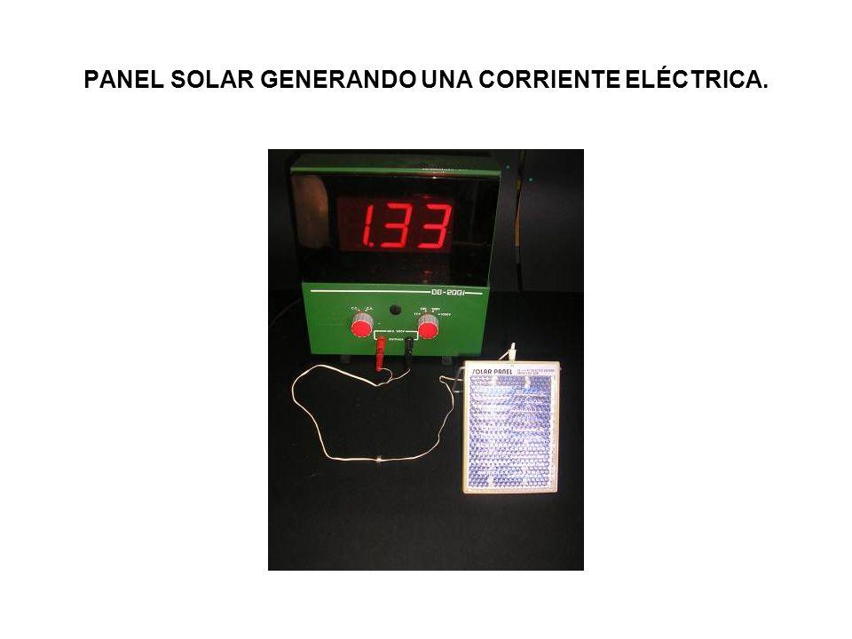 PANEL SOLAR GENERANDO UNA CORRIENTE ELÉCTRICA.