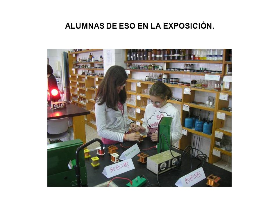 ALUMNAS DE ESO EN LA EXPOSICIÓN.