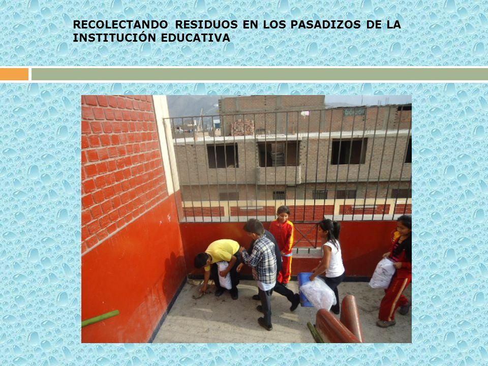 RECOLECTANDO RESIDUOS EN LOS PASADIZOS DE LA INSTITUCIÓN EDUCATIVA