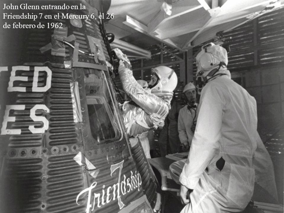 John Glenn entrando en la Friendship 7 en el Mercury 6, el 26 de febrero de 1962