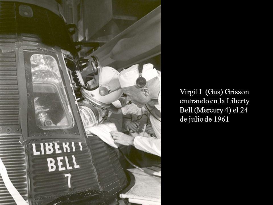 Virgil I. (Gus) Grisson emtrando en la Liberty Bell (Mercury 4) el 24 de julio de 1961