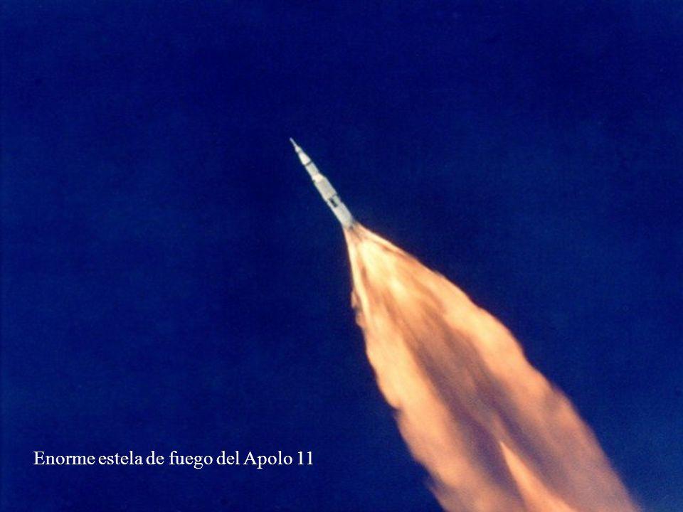 Enorme estela de fuego del Apolo 11