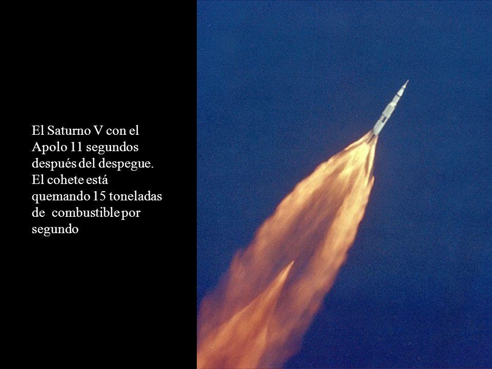 El Saturno V con el Apolo 11 segundos después del despegue. El cohete está quemando 15 toneladas de combustible por segundo
