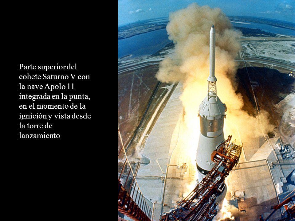 Parte superior del cohete Saturno V con la nave Apolo 11 integrada en la punta, en el momento de la ignición y vista desde la torre de lanzamiento