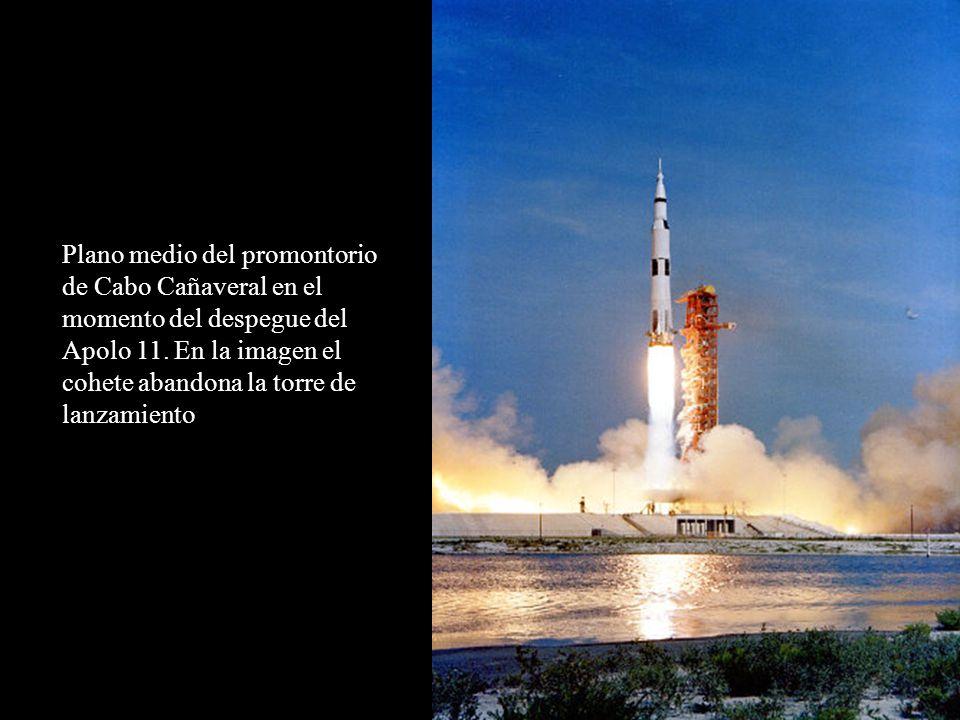 Plano medio del promontorio de Cabo Cañaveral en el momento del despegue del Apolo 11. En la imagen el cohete abandona la torre de lanzamiento