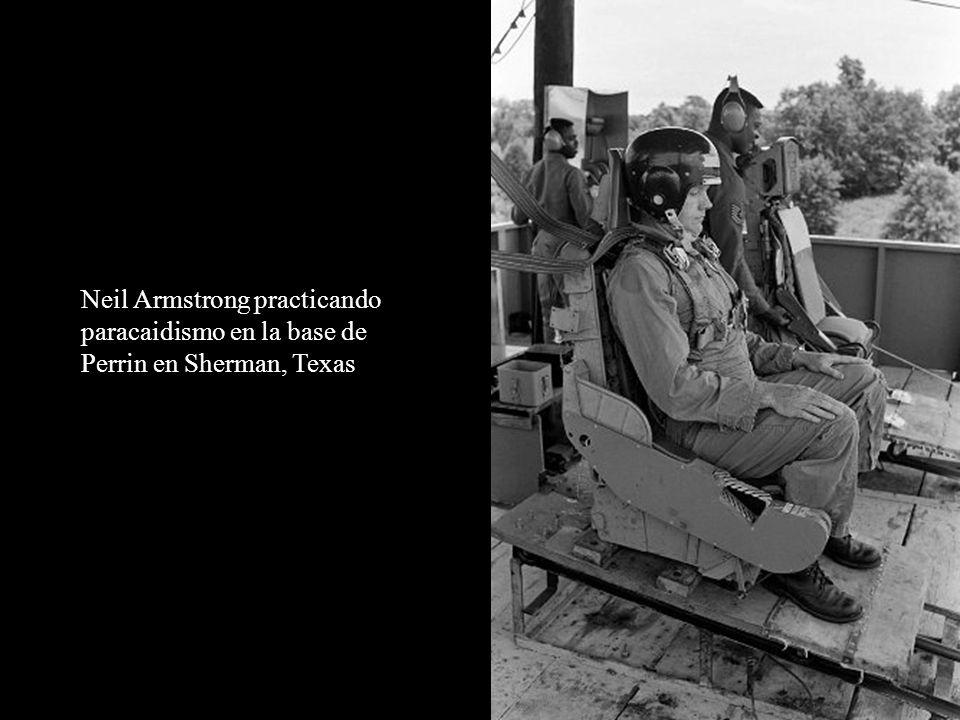 Neil Armstrong practicando paracaidismo en la base de Perrin en Sherman, Texas