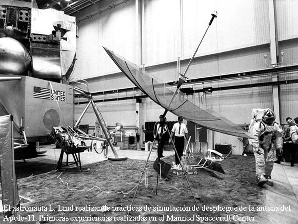 El astronauta L. Lind realizando prácticas de simulación de despliegue de la antena del Apolo-11. Primeras experiencias realizadas en el Manned Spacec