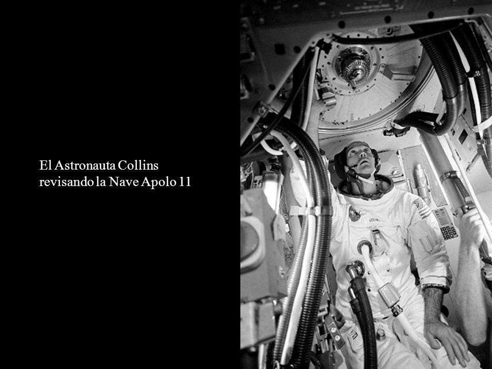 El Astronauta Collins revisando la Nave Apolo 11