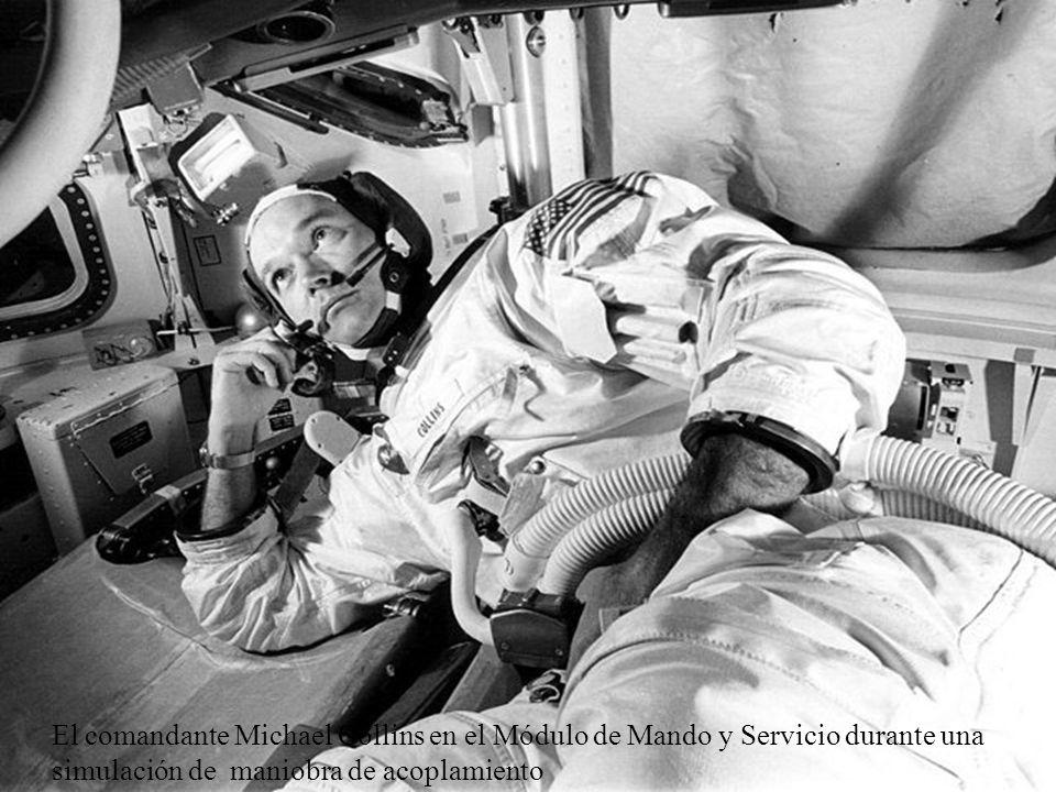 El comandante Michael Collins en el Módulo de Mando y Servicio durante una simulación de maniobra de acoplamiento