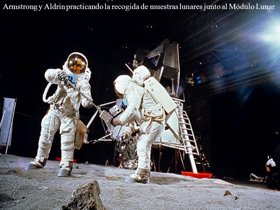 Armstrong y Aldrin practicando la recogida de muestras lunares junto al Módulo Lunar