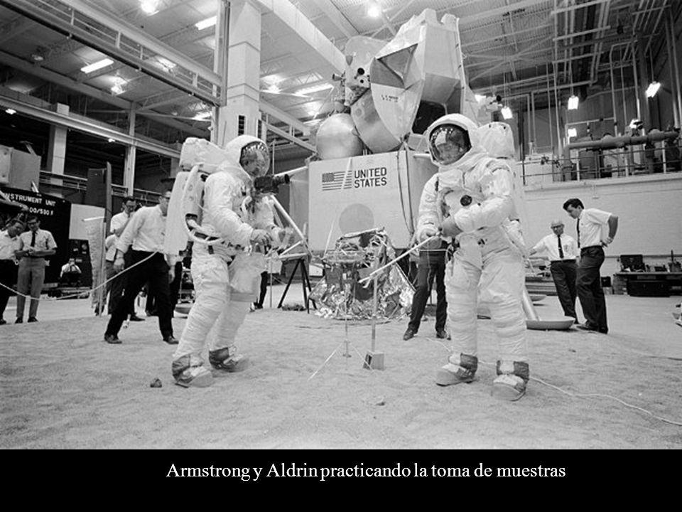 Armstrong y Aldrin practicando la toma de muestras