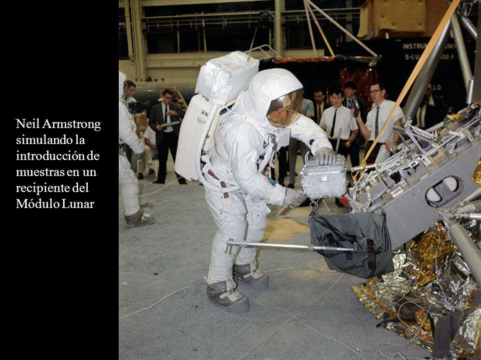 Neil Armstrong simulando la introducción de muestras en un recipiente del Módulo Lunar