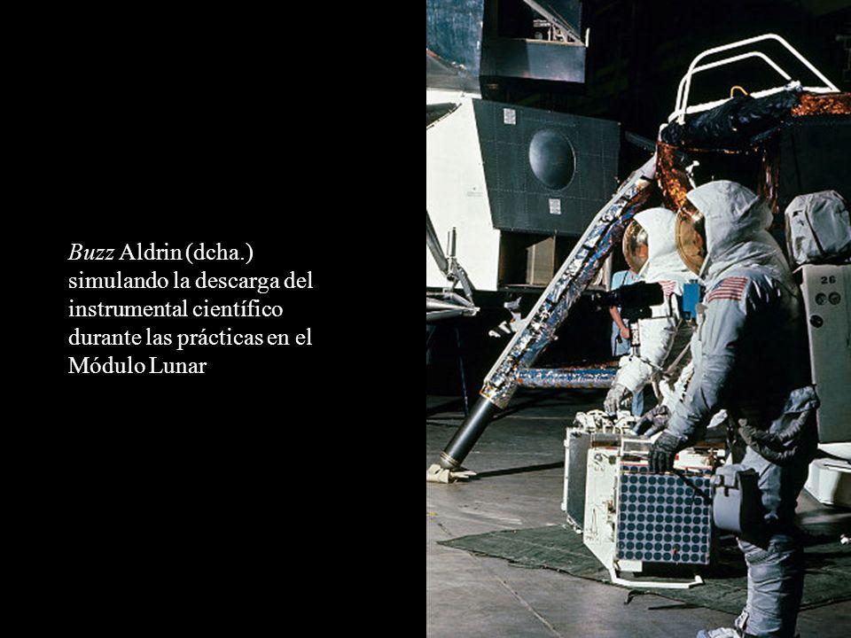 Buzz Aldrin (dcha.) simulando la descarga del instrumental científico durante las prácticas en el Módulo Lunar