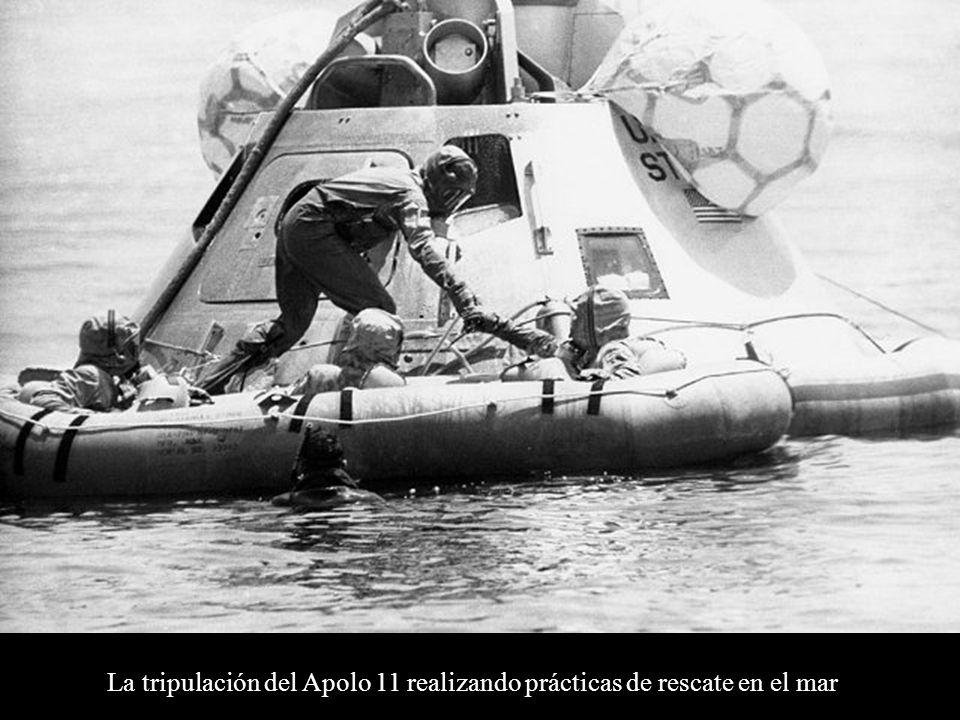 La tripulación del Apolo 11 realizando prácticas de rescate en el mar