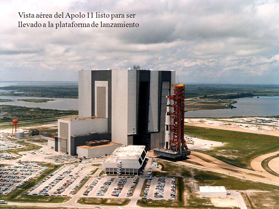 Vista aérea del Apolo 11 listo para ser llevado a la plataforma de lanzamiento