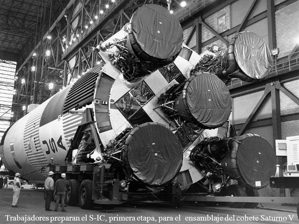 Trabajadores preparan el S-IC, primera etapa, para el ensamblaje del cohete Saturno V