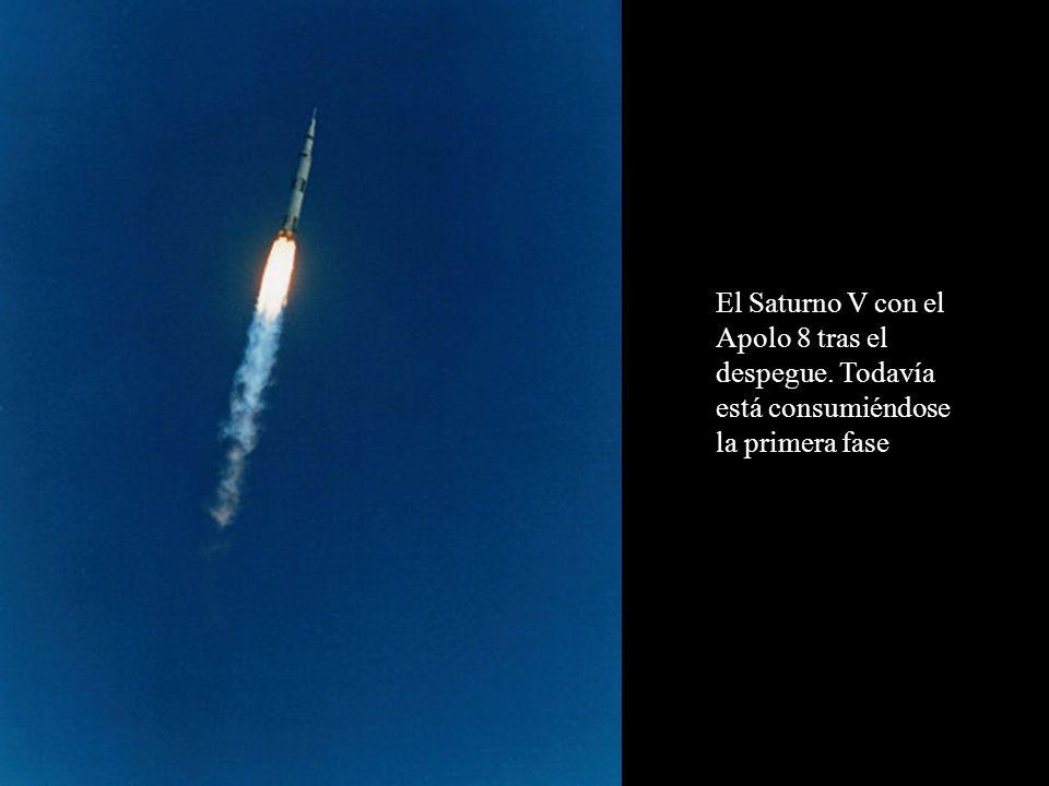 El Saturno V con el Apolo 8 tras el despegue. Todavía está consumiéndose la primera fase