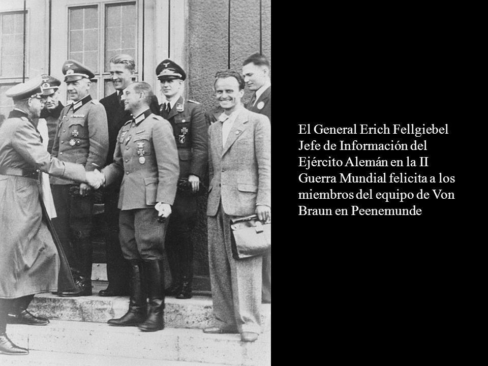 El General Erich Fellgiebel Jefe de Información del Ejército Alemán en la II Guerra Mundial felicita a los miembros del equipo de Von Braun en Peenemu