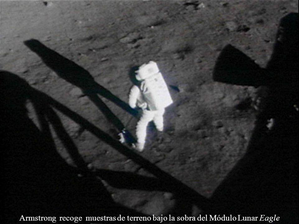 Armstrong recoge muestras de terreno bajo la sobra del Módulo Lunar Eagle