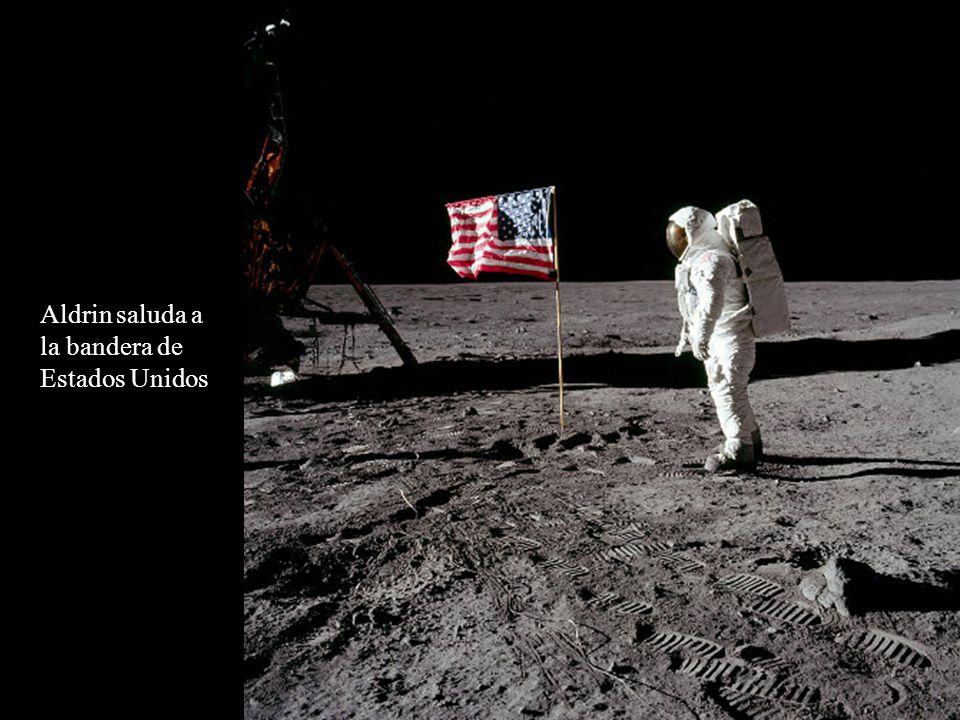 Aldrin saluda a la bandera de Estados Unidos