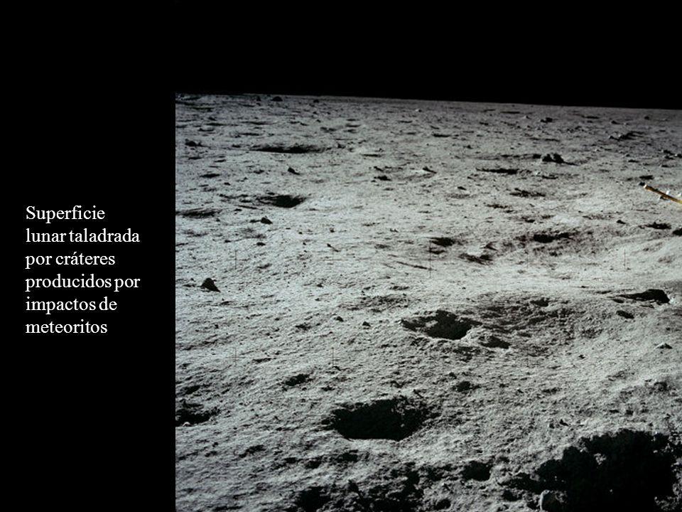 Superficie lunar taladrada por cráteres producidos por impactos de meteoritos
