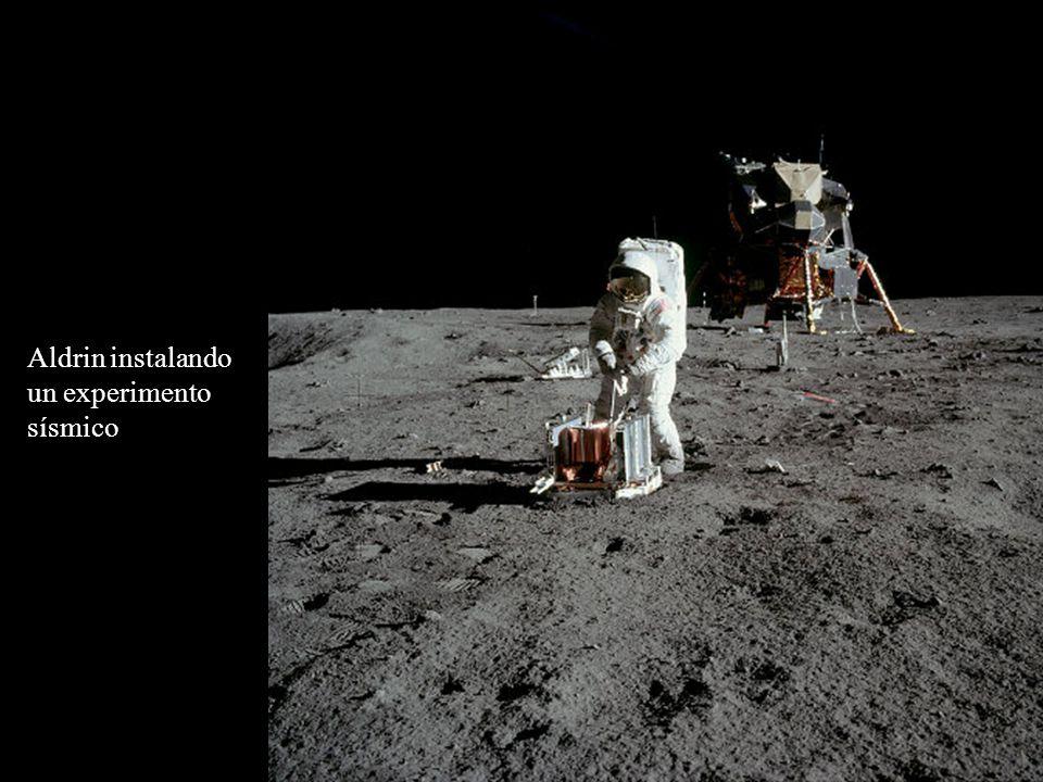 Aldrin instalando un experimento sísmico