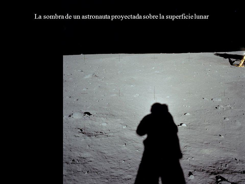 La sombra de un astronauta proyectada sobre la superficie lunar