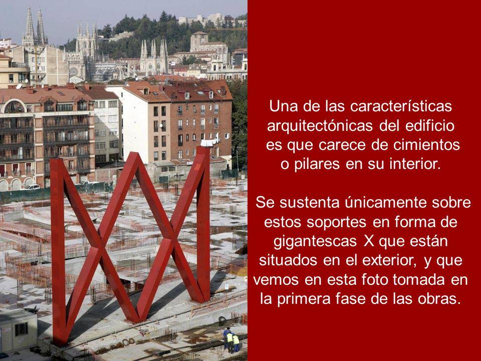 Una de las características arquitectónicas del edificio es que carece de cimientos o pilares en su interior.
